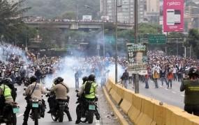 Krvavi smrtni krči Madurovega režima: razmere v Caracasu podobne vojnim
