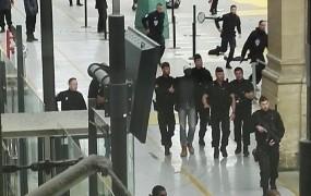 Moški z nožem povzročil paniko na postaji v Parizu; ljudje so odvrgli prtljago in bežali