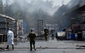 Ljudi v okolici pogorele tovarne Kemis pozivajo, naj se ne zadržujejo na prostem