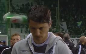 VIDEO: Trener dobil pločevinko v glavo