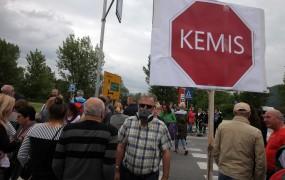 V Sinji Gorici besno protestirajo: Stran s Kemisom, stran s smradom!
