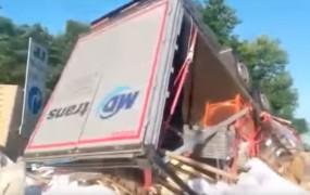 Pri padcu z nadvoza umrl bolgarski voznik tovornjaka; škode za 100 tisočakov
