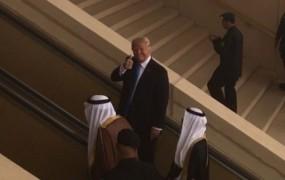 Ups: Je Trump Arabce užalil z obsceno gesto?