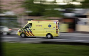 V Slovenj Gradcu motorist padel in silovito treščil v parkiran avto