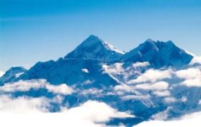 Črn vikend na Everestu: umrli trije alpinisti, še enega pogrešajo