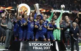 Manchester United do trofeje in skozi stranska vrata v Ligo prvakov