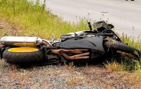 Motorist v Grličah prehiteval tovornjak in s ceste zletel v stanovanjsko hišo