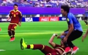 Mladi nogometaši Urugvaja in Venezuele so se tako udarili, da so jih narazen vlekli policisti