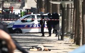 V Parizu avto treščil v policijski kombi in zagorel, voznik je pri tem umrl