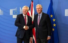 Pogajanja o brexitu so se začela ob dvomih, da bo britanski pogajalec ostal na položaju