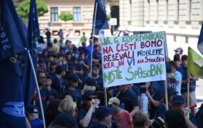 Štruklju očitajo izsiljevanje: Za višje plače učiteljev protestirajo čistilke, kuharji, hišniki