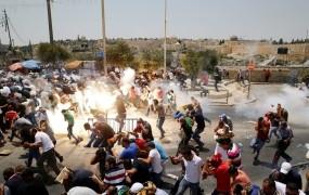 Palestinci proti Trumpu protestirali tako, da so uničevali lastnino