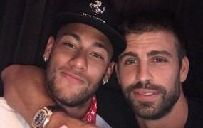 """Pique Neymarja ne spusti iz rok: """"Ostaja,"""" je tvitnil"""
