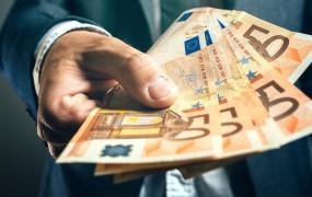 Hrvaški tovornjakar je slovenskemu policistu tlačil podkupnino v žep
