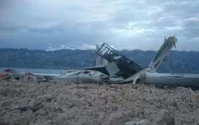 FOTO: Burja na Pagu zrušila 50 metrov visoko vetrnico