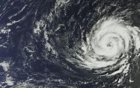Orkan Ophelia pridrvel nad Irsko in že terjal več življenj