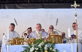 FOTO: Zore v Stični maševal pred 4000 verniki iz Slovenije in Hrvaške