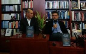 Pogled na Slovenijo izza rešetk: Janez Janša na predstavitvi nove knjige dr. Ivana Štuheca