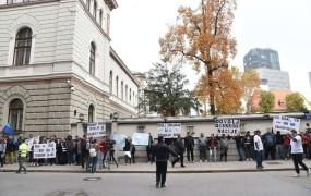 FOTO: Protest Romov v centru Ljubljane: Naši otroci niso vaši poskusni zajčki
