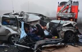 Pijan je v gosti megli treščil v tovornjak, ki je vozil vzvratno: umrla 28- in 39-letnik