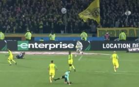 VIDEO: Francoski sodnik je najprej brcnil nogometaša, nato pa ga še izključil