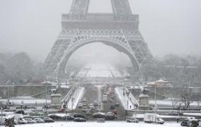 V Parizu je toliko snega, da so zaprli Eifflov stolp