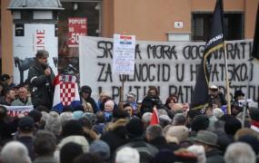 """Vučića v Zagrebu """"pozdravil"""" protest vojnih vdov in invalidov; Grabar-Kitarovićevo zmerjajo z izdajalko"""