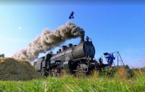"""VIDEO: """"Nori"""" Slovenci so skakali čez vlak!"""