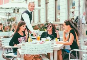 Slovenski turizem in gostinstvo v razcvetu, kje pa so kuharji in natakarji?