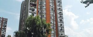 Deklica (7) z balkona padla v smrt