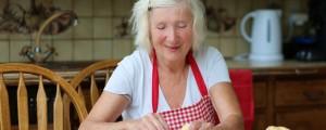 babica peče piškote