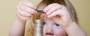otrok, denar, kovanci, varčevanje, igra z denarjem, finance