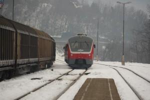 Na železniškem prehodu v Novem mestu trčili vozili, nato v eno še vlak