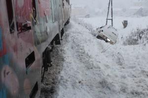 FOTO: Vlak trčil v avto