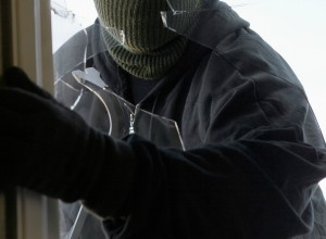 Maskiranci oropali bencinski servis v Kočevju; 19-letni ropar že za rešetkami
