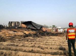 V požaru cisterne z nafto v Pakistanu več kot 100 mrtvih