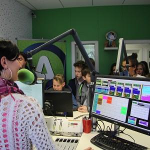 Belokranjski osnovnošolci spoznali radio od blizu!