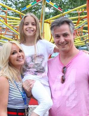 Saša Lendero z možem in hčerko.