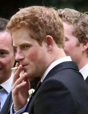 Harry in cigareta sta bila od njegovih najstniških let kot eno – Meghan je temu naredila konec.