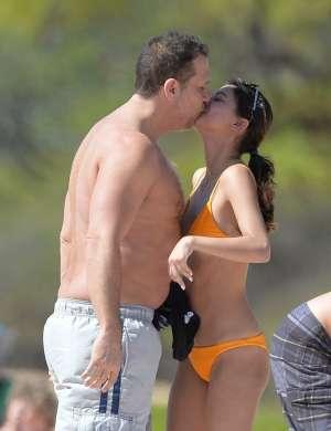 Dane Cook in Kelsi Taylor se sproščata na Havajih.