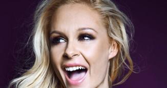 Nova zvezda Planet TV je pevka Špela Grošelj, ki bo v oddaji Brez cenzure prevzela vlogo komentatorke.