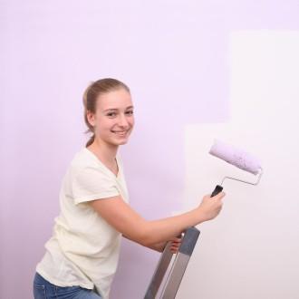 Sobo opremi z barvami.