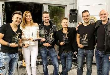 Raay, Manca Špik in Kvatropirci ob prejemu simbolične nagrade.