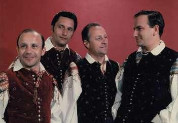 Peter Čare je še s tremi člani Slovenskega okteta (Danilom Čadežem, Petrom Ambrožem in Tomažem Tozonom) prepeval v pevski zasedbi Kvartet DO.
