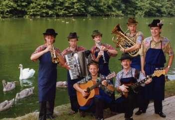 MLADI PRIJATELJI s pevcem Rudijem Kranerjem (skrajno desno).