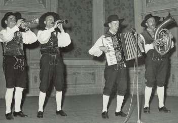 Gorenjski kvartet v sestavu (od leve proti desni): Franc Košir (trobenta), Vilko Ovsenik (klarinet), Slavko Avsenik (klavirska harmonika) in Franc Ogrizek (bariton)