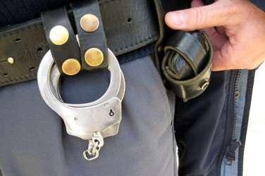 policija lisice orožje