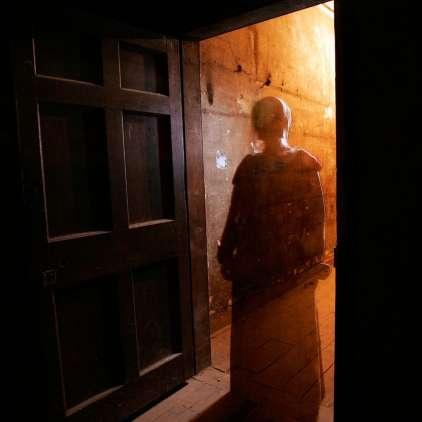 Po mestni hiši straši duh deklice, zato krajani zahtevajo eksorcista