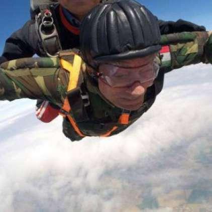 VIDEO: Šestindevetdesetletni veteran zadnjič skočil s padalom