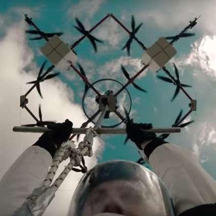 VIDEO: Poletel je z dronom in ... skočil